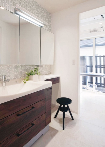 慌しい朝こそ手早く身支度できるように、と考えられた洗面室。そのポイントは洗顔や歯磨きをする洗面ユニットとは別に、専用のメイクコーナーを設えることでメイクも同時に行えるというもの。時間が重なっても順番を待つことなく、家族みんなが使いやすい空間になっています