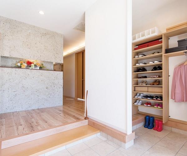 靴はもちろんブーツやレインコート、ベビーカーなど、玄関に置いておきたいモノがまとめて収納できる「シューズ・イン・クローク」。泥で汚れたスポーツ用品やアウトドア用品も気兼ねなくそのまま収納でき、すっきりした玄関スペースを保てます