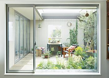 大きなFIX窓、ビスタウィンドウは、風景を室内へと取り込み、内と外の一体感を演出