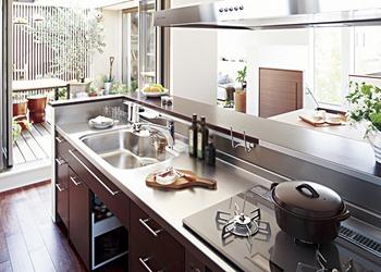 インテリアと調和する機能的なキッチン。「そらのま」から明るい光が降り注ぐ