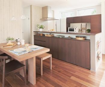 マルチカウンター収納/キッチンのダイニング側に設けたマルチカウンター収納や、壁の厚みを利用した埋込マガジンラックにより、LDK周りの小物類をすっきり収納できる