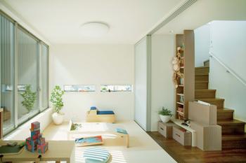 子どもの気配を感じる工夫/引き戸を開ければ、階段ホールが子ども部屋と一体に。コンパクトなスペースを広々使え、家族の気配も感じられる設計