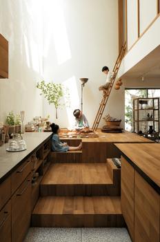 家族が集まるスペースの一角に、開放的な吹抜けを設置。1階と2階の空間に、タテ・ヨコ・ナナメの立体的なつながりが生まれる