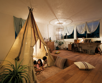 最上階のキッズルーム。一部を床下げにし、2.8mの天井高を確保。部屋の用途や使い方も広がり、子どもたちの遊び心を育むスペース