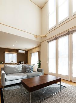 夏涼しく、冬暖かい。その理由は、冷暖房効率を大きく高める断熱性能。外壁、床、天井、窓、すべてにおいて断熱性を高め、ZEH基準をハイレベルで上回る高断熱性能を備えている。これにより冷暖房効率を高め、快適な暮らしを実現しながらエネルギーのムダをなくす