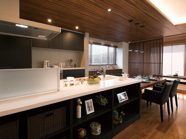Vシリーズのキッチンには、インテリアとしても映える美しいデザインをはじめ、すぐにレシピなどが調べられるデスクスペースや、食料品をストックできるパントリーなど、女性の憧れを詰め込んでいる。