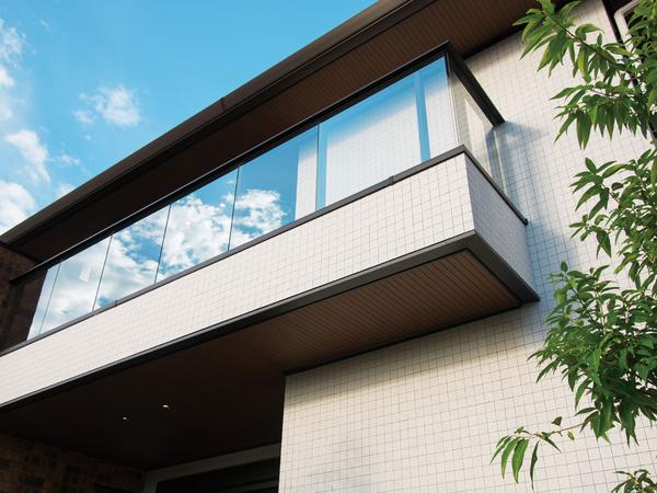 切妻屋根と上下3連ずつ配されたサッシが街並みに調和しながらも個性を演出。自然石を思わせる硬質でクールな表情とフラットな削りだしの外壁タイルが美しさをさらに強調させる