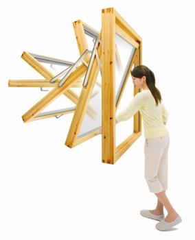 北欧のユニバーサルデザインの発想から誕生した回転窓。一般的な引き違い窓と違い、閉めた時に隙間を防ぐエアタイト構造だから、冬の窓辺も寒くない。部屋の中から、窓の外側を拭くことが出来る便利さと、通風量を調整しやすい機能性も特徴