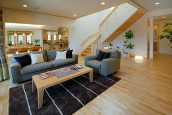 リビングダイニングからキッチンまで、オープンにつながる大空間も、高い気密・高断熱性能のスウェーデンハウスだから、わずかな冷暖房で快適さを保てる
