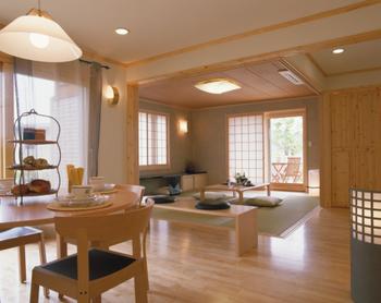 リビングに隣接して設けた和室は、障子を開け放てばリビング・ダイニングの延長として利用できる。障子は壁の中に納まるので、視覚的な広がりも感じられる。敷居もバリアフリー仕様だ