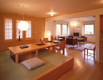 ダイニングテーブルと小上がり風の畳コーナーを組み合わせて、お茶の間の雰囲気を。畳下部は収納としても活用できる
