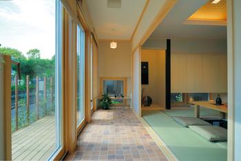 室内のしつらえだけでなく、屋外空間まで含めてデザインすることで、季節の変化、光の陰影なども楽しめる。畳、珪藻土、和紙などの素材感と木の窓枠が美しく調和する