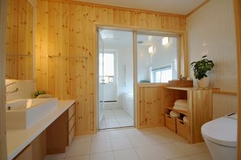 空間を有効活用しながら、ゆとりある広さを確保したいサニタリースペース。浴室へのフラットな床、車椅子にも対応できる洗面台など、家族みんなに優しいバリアフリーデザインだ。無垢のパイン材が、水まわりの固く冷たい印象をやわらげ、ぬくもり感をプラスする