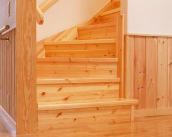 福祉先進国スウェーデンに学んだスウェーデンハウスにとって、バリアフリーは普通のことだ。120cmモジュールの廊下幅は、横に付き添って歩ける広さ、ゆったりとした幅の階段は緩やかで足腰の負担が少なく子どもから大人まで上り下りしやすいユニバーサルデザイン