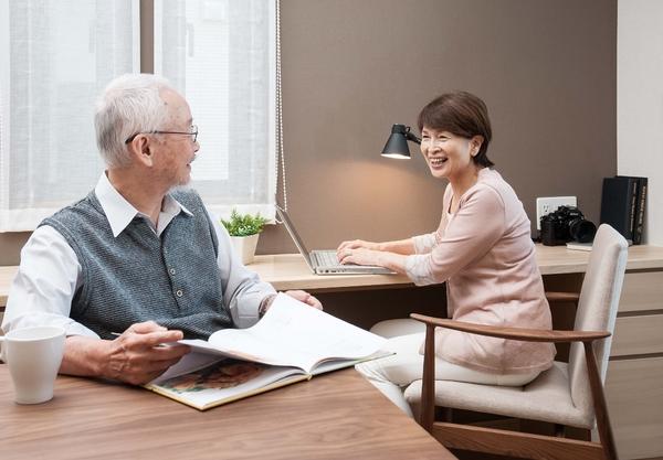 親世帯のリビングは二世帯が集まりやすいように、ゆとりを持たせたスクエアな空間をご提案。柔らかなラグを敷いたリビングは様々なスタイルで使える