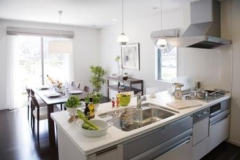 最もこだわりたいのはキッチンまわりの設備。たとえば、対面式キッチンなら、家族との会話を楽しんだり、小さなお子様の様子を見守りながら調理ができる。キッチンにいながら家族とのコミュニケーションができる、絆が深まる空間だ