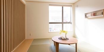 畳の香りと、障子から射し込む柔らかな光。何といってもゴロリといつでも横になって手足をのばせる和室は、日本人にとって居心地のよい、癒しの空間だ。客間や趣味の部屋としてなど、様々な用途に使える