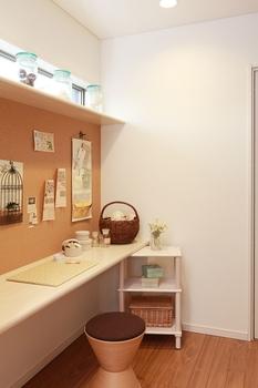 家事室を洗濯機やキッチンなど水まわりの動線近くにつくることで毎日の洗濯やアイロンがけ、裁縫などの家事が格段にラクになる