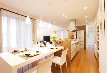 キッチンとダイニングテーブルをひと続きにすることによって、動きやすい動線とすっきりとした空間を実現