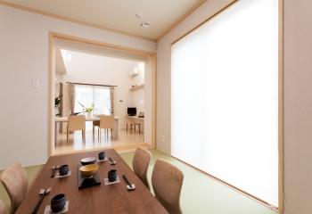 客間としても使える和室は、急なお客様をお迎えするにも最適。リビングからの奥行きが広がることで、部屋全体が大きく感じられる