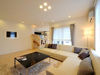 白を基調にすることにより、電気をつけなくても明るい空間が演出できる。また、リビング階段にすることにより、家族のコミュニケーションがとりやすい環境になる