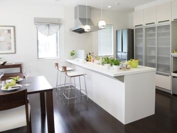 毎日を楽しくする機能的で使いやすいキッチン。料理がはかどる、取り出しやすくて容量の大きな収納や広い調理スペースなど、便利機能が満載だ