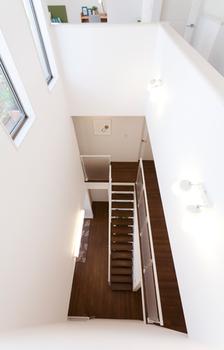 1階から3階まで貫く吹き抜けは、3階から陽の光を1階まで届けたり、家全体の風通しよくするだけではなく、家族の気配を身近に感じられる、安心の住まいを演出する
