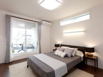 広いバルコニーから差し込む光が、部屋全体を包み込み明るい空間を演出。空間設計の工夫によって、光や風など自然の力を上手に活かし、冷暖房だけに頼らない、快適な住空間を実現する