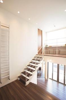開放感を演出する、居室ドア高さ2,400mm、サッシ高さ2,400mm。視覚的効果を生み出す、2,400mmのハイライン。居室ドアの高さと部屋の天井、そして屋根の軒天井が連続することにより、伸びやかな開放感をもたらす。また、ハイサッシの採用によって家全体の明るさが増し、採光・通風に恵まれる