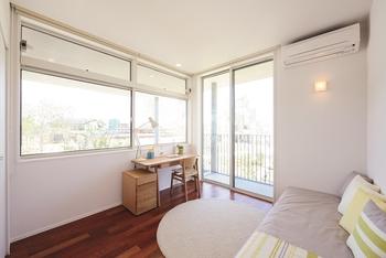 開口部の面積(窓の広さ)を大きく確保することにより、さまざまなメリットが生まれる。壁面から受ける圧迫感が減少し、部屋全体が広く明るく見える。優れた採光性や通風、眺望は、内と外のつながりがより強調され、心地よい開放感が得られる。さらに、太陽の低い冬の時期でも自然光を多く取り入れられるので、暖かさが持続し省エネ効果も期待できる。性能的なメリットだけでなく外観としても美しくのびやかで、何より生活にゆとりと豊かさを感じることができる