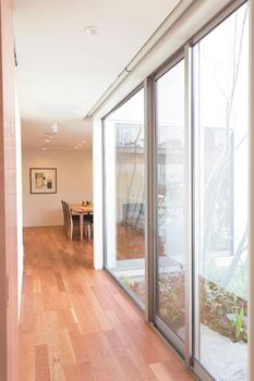 Low-E複層ガラスは、片側に特殊金属膜をコーティングしており、断熱性に優れ、夏は陽射しの熱と紫外線を大幅にカットし、冬は室内の暖気を逃がさず、結露やカビの発生も抑える。また、家の断熱性能に影響をあたえるアルミ樹脂複合サッシは冷暖房効果が高く、結露が発生しにくい快適な住環境を実現する