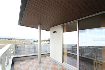 屋根は重厚感と品格のある、軒の出1,000mm・3.5寸勾配の寄棟屋根。深い軒の出と勾配により、陰影と水平ラインを強調し、落ち着いた佇まいを実現。部屋の天井とサッシ・居室ドアの内法高を揃え、垂壁をなくすことで、暖気の停滞を解消し通風効果を上げることができる。また、軒の出を1,000mmにしたことで、夏の厳しい日差し入射量を抑えられる