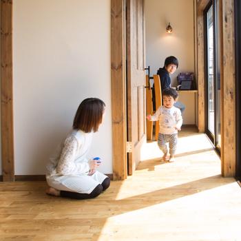 室内に現しになっているひのきの柱は、調湿、癒し、リラックス効果があり、安眠を促す。また、年月とともに色合いを深めていく様子は、何ものにも代えがたい家族の思い出となっていくだろう