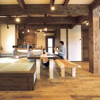 (施工例)例えば柱と梁を、ダークトーンで仕上げることにより新築なのに古民家を思わせる味わいのある住まいにすることができる