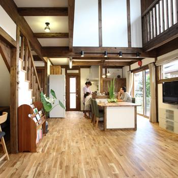 (施工例)吹き抜けのプランも同社の得意とするところ。室内扉や階段格子などの建具はもちろん、キッチンカウンターなどのこだわりアイテムも無垢材製のものを使うことができる
