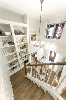 世界水準の断熱・気密性の高さが備わるので、玄関ホールを吹き抜け+階段ホールの開放感あふれるスペースにすることも可能。こうした空間もリビングと同じ快適さが保たれる