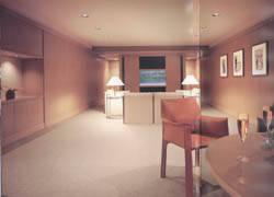 大きなドライエリアを設けた地下室。1階のリビングとはまた違った趣だが、木の風合いにより心地よい統一感も演出している