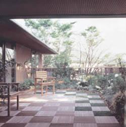 限られた敷地でも豊かな緑を取り入れる、「現代の借景」を実現したバルコニーの本格的な庭園