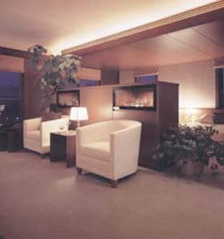 くつろぎのスペースと眠りのスペースの天井高が違うと、やすらぎの深さも違ってくる。自然光の取り入れ方や照明の位置なども配慮されている