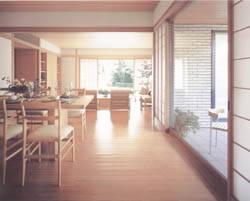 床に「孟宗竹」を採用したダイニング。天井までもが木の風合いのアウトダイニング。目で味わう心地よさがある空間だ