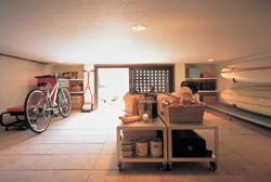 「蔵のある家」では中2階に設けられていたミサワホーム独自の大収納空間「蔵」。それを1階に設けるという発想が閃いた時、住まいは新しい暮らし方を手に入れた。土間リビングに隣接し、屋外ともつながる1階蔵は、大きな家具をそのまま収納したり、アウトドアグッズを置く趣味の空間や愛犬の部屋として使うなど、新しいライフスタイルを刺激してやまない