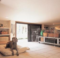 たとえばそこを愛犬の部屋にするのもいい。今では家族同様の愛しさに満ちた愛犬と、いつも一緒に、いつまでも仲良く暮らしたいという願いが、これなら叶うに違いない。土間リビングと1階蔵を組合せるという設計の妙が、暮らしの幅を無限に広げてくれる。そして、その上部に拡がる高さ5mの吹き抜け空間がさらに無上の安らぎをもたらす