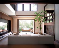 土間リビングは全開口サッシを開け放つとアウトリビングと一体になるのびやかなスペース。ある時はスキップリビングで、ある時はキッチンリビングでと、各々が気ままに好きな場所を確保しながらも、どこかでお互いの存在を感じながら暮らすスタイルがこの家にはよく似合う