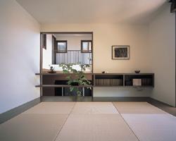 メインリビングを土間としたかわりに、半階上がったスキップリビングは畳敷きの空間とした。扉を開ければ土間リビングともつながっていて、気配を感じながら暮らせる設計も気に入っている。気分を変えてゴロ寝したり、お客様の泊まる部屋になったり、我が家のユーティリティ空間として重宝している