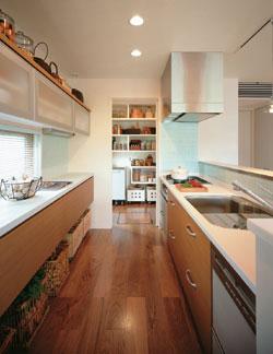 オープンなキッチンからはすべてが見渡せる。キッチン横のバックヤードは収納量たっぷり