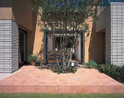 中庭は「リビング」や「マルチコーナー」、2階の居室とつながっており、吹抜け空間(アウトボイド)としての意味合いも有している