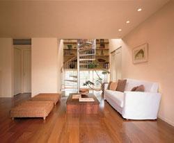 マルチリビングは間仕切りのないオープンスタイル。北側らせん階段と壁面の書棚、トップライトからの光などで変化のある空間に