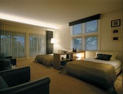 珪藻土クロス張りの主室(寝室)は大開口が2面に施され、通風と採光も満点。高断熱ガラスの採用で冬もあたたかい