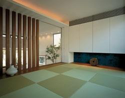 1階から蔵の0.5階分スキップした和空間。縦格子のデザインや畳を現代風にアレンジし、自然素材のぬくもりを感じさせます