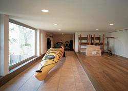 1階蔵の土間には趣味のカヤックなども十分に収納できます。地窓を開けると北側の涼しい風が入ってきます